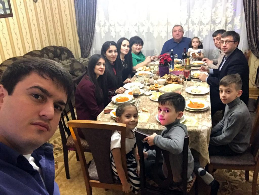Aidamir prefers to celebrate his birthday with his family. Photos from the personal archive of the artist.