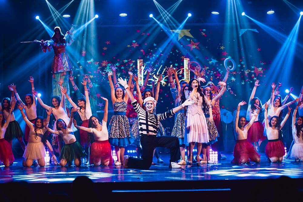 Анжелика выступила поразила зрителей костюмированными выступлениями на сцене артистов, в том числе и детей, танцевальных групп и клоунов