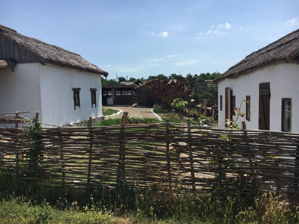 Успех видео, снятых в Тамани обуславливается в том числе пасторальностью сцен, сельская умиротворённость которых отлично гармонирует с задорным и расслабляющим зрителя сюжетом