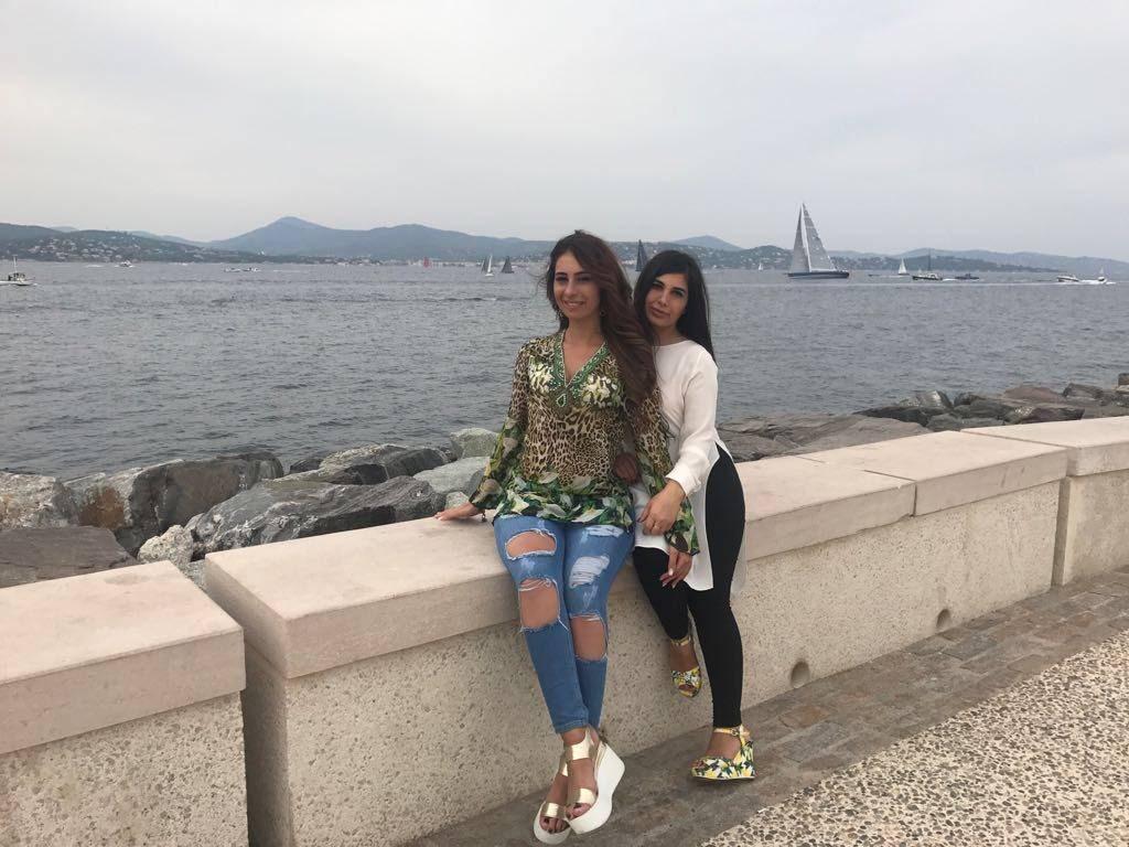Зарина Бугаева с сестрой Кариной. Город Сан-Тропе, Франция, 2017 года.
