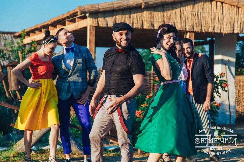 """Султан и Анжелика сыграли в клипе """"Семечки"""" молодых людей, живущих в станице"""