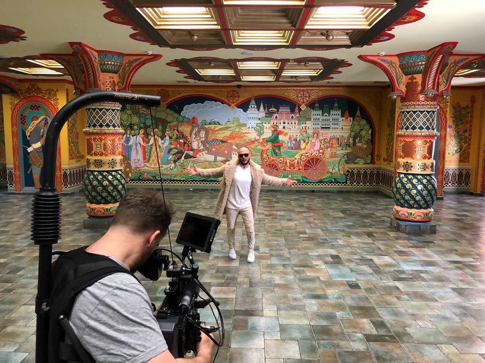"""Вторая часть клипа """"Валенки"""" снималась красивом, оформленном в русском стиле и богато украшенном зале «Боярский» Измайловского Кремля"""