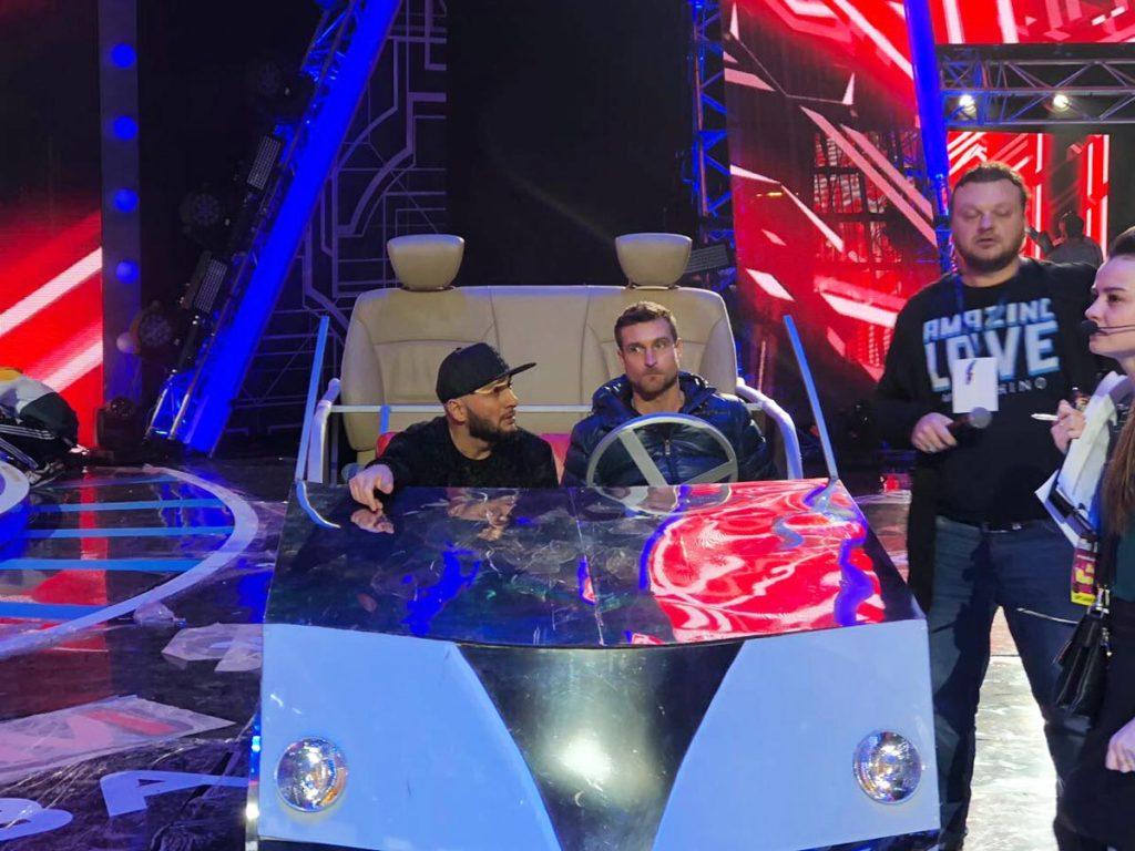Право завершить концерт, сразу после выступления Григория Лепса, досталось Султану-Урагану с его хитом «Понаехали» и номером с «зеркальным» автомобилем