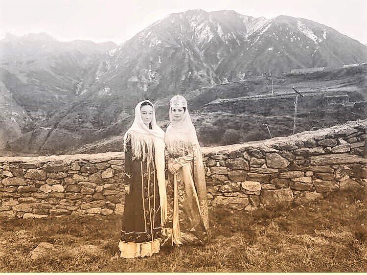Алла Бойченко: «Спасибо моим самым прекрасным балкарским красавицам Мадине Кочкаровой и Анжеле Жабоевой, которые так стойко выдерживали горный холод и украсили клип собой. На девочках национальные балкарские платья IXX века».