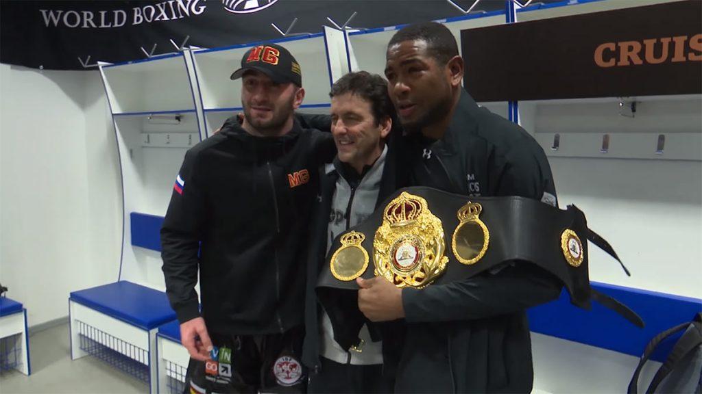 После боя Мурат Гассиев великодушно отдал свой пояс чемпиона Юниэру Дортикосу