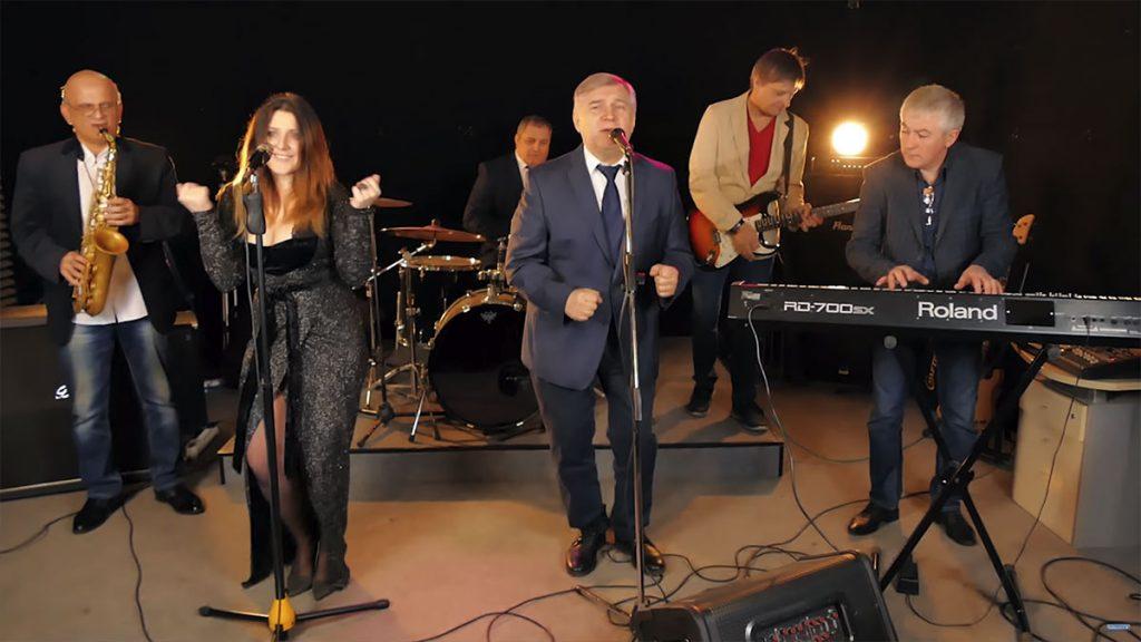 В клипе «Танец тел» перед зрителями предстают не только сами артисты, но и группа музыкантов