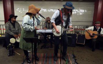 Загримированная Кристина Агилера выступила в Нью-Йоркском метро