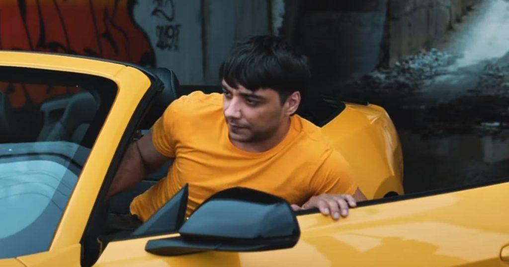 С первых кадров клип «Ай» вовлекает зрителей в захватывающую историю, начинающуюся с автомобильной катастрофы...