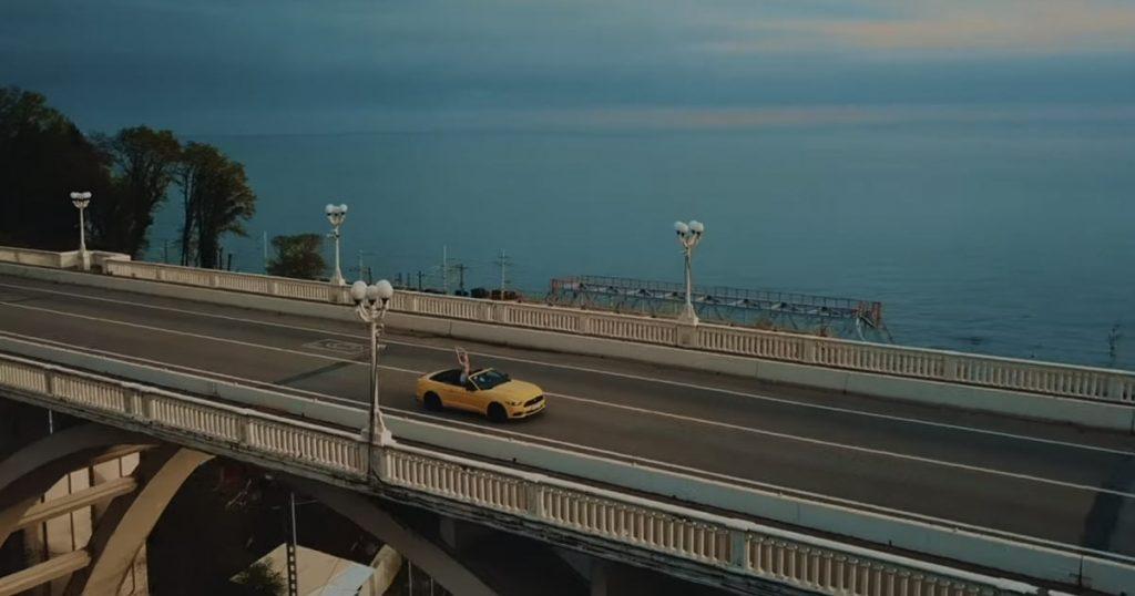 """ЭGO: """"Сцена в клипе, где мы проезжаем по мосту, а нас снимают с воздуха, стала самой эффектной для людей на улице. Нам сигналили и свистели..."""""""