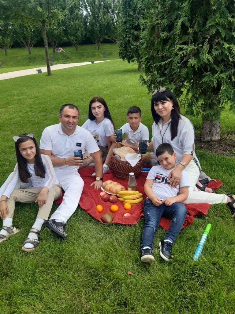 Руслан Кайтмесов с семьёй. Фото.