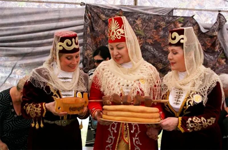 Семьи готовили большой осетинский пирог, который ставили в центр стола – его должен был отведать каждый член семьи