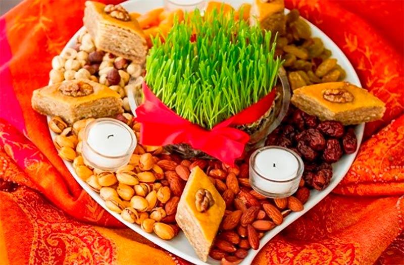 Традиционно на праздник хозяйки выносят все, чем богаты: сухофрукты, вареные и свежие яйца, лепешки, особый пирог с мясом, луком, картошкой и специями, печеный хлеб, особые пряники, изображающие животных и мифических персонажей, мед и масло, обжаренные зерна ячменя и конопли, яблоки, орехи, печеная или вареная тыква.