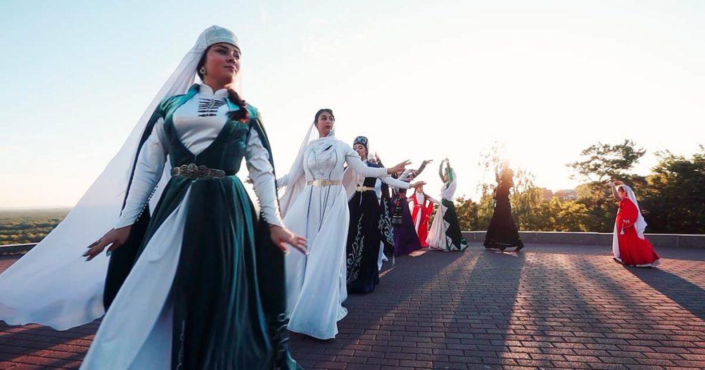 Ансамбль кавказских и грузинских танцев «Сикварули» исполнил лезгинку под песню Ислама Итляшева
