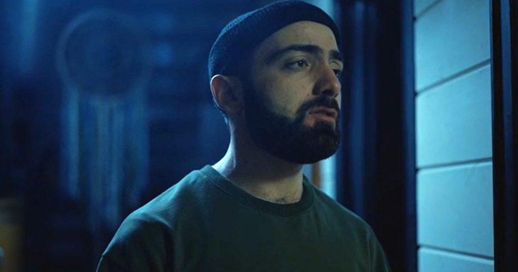По сюжету видео главный герой переживает расставание с любимой и предается воспоминаниям об их романе.