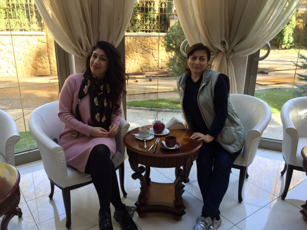 Анжелика Начесова вместе со своим администратором Асей Саношоковой в санатории Кисловодска. Октябрь 2016 года.