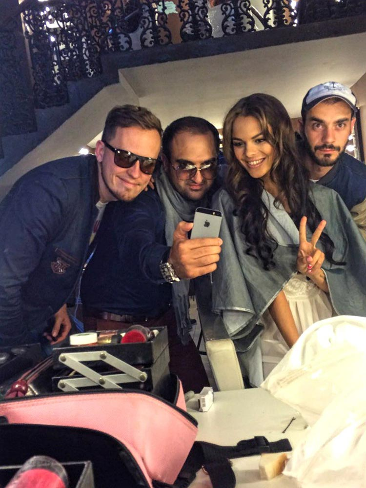 Команда видеоклипа «Балую» в перерывах между съёмками