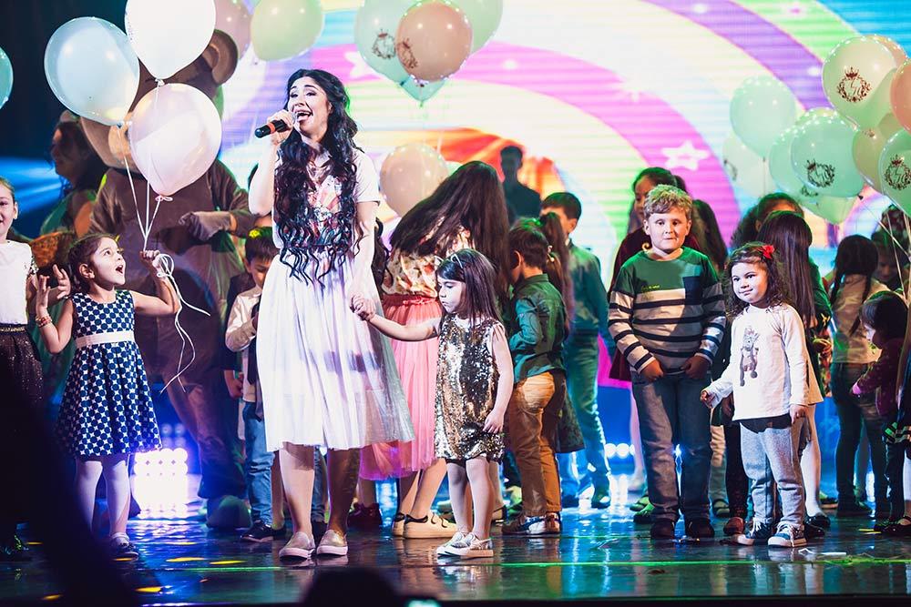 Дети, присоединившиеся к Анжелике на сцене, в конце выступления получили подарки от организаторов праздника
