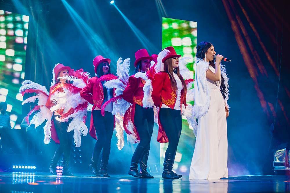 В течение всего концертаАнжелика использовала множество образов, меняя причёски и наряды, свет и подтанцовку