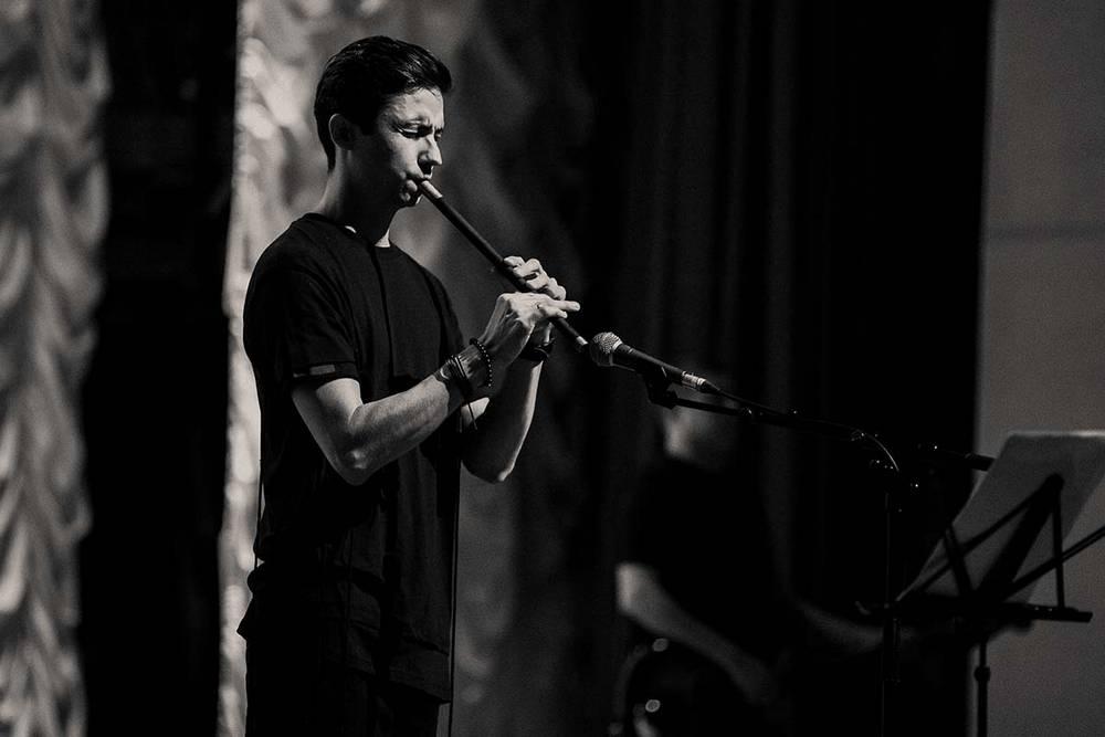 Одно из произведений на концерте в Астрахани Ислам Сатыров исполнил на флейте