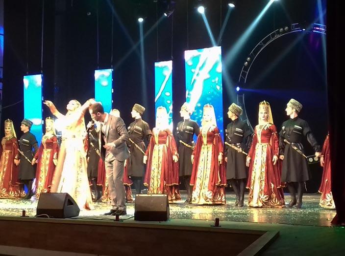 Эльдар Жаникаев исполняет свою новую песню «Танцующей горянке»