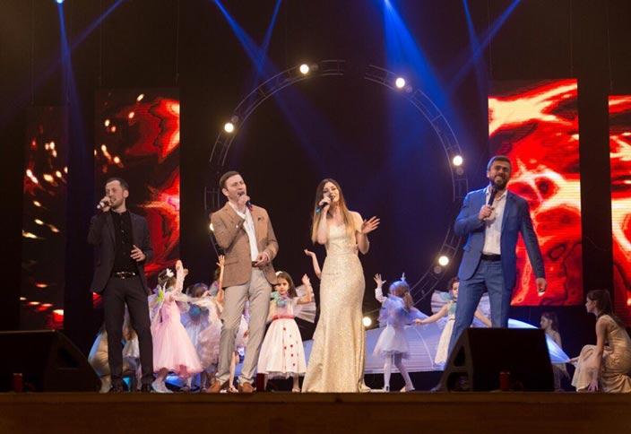 Эльдар Жаникаев, Азамат Цавкилов и Карина Киш исполняют песню «Кто, если не мы». Фото из личного архива Эльдара Жаникаева.