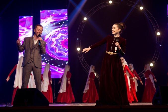 Эльдар дуэтом с Аллой Бойченко исполняет новую песню «Долалай». Фото из личного архива Эльдара Жаникаева.