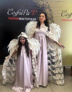 Демонстрировала свой наряд Илона Кесаева вместе с дочкой модельера Раминой