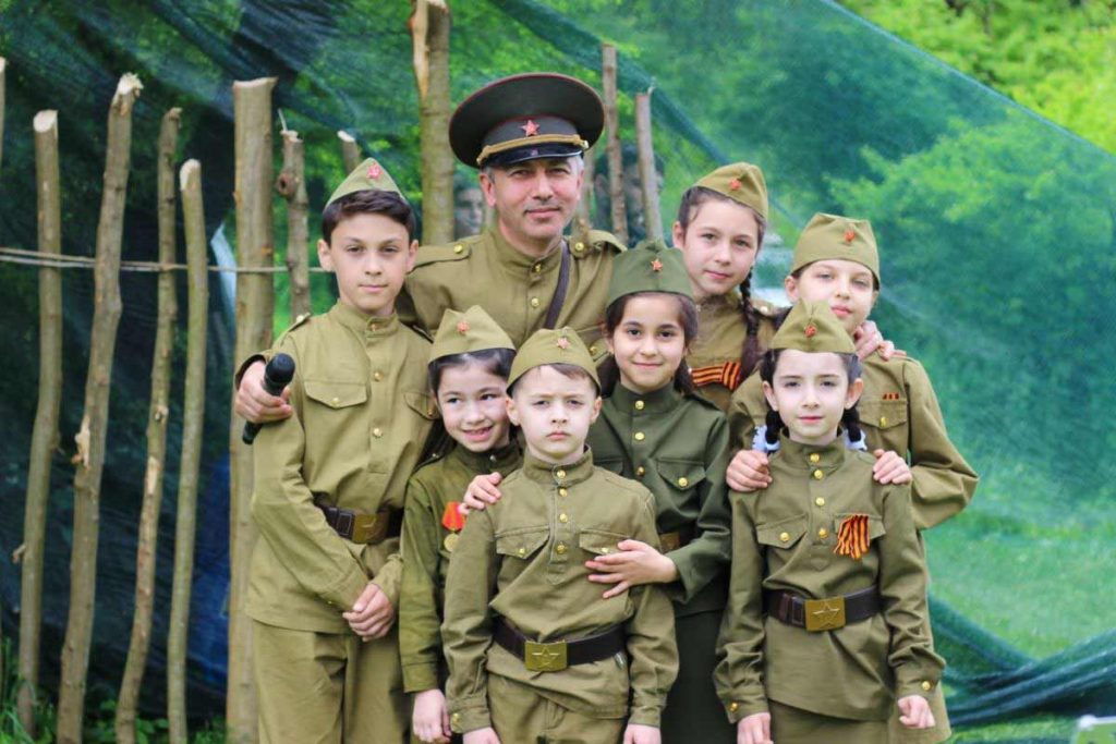 Амир Кулов со своими воспитанниками – младшими «АмикСиками». Фото из архива театра «АмикС»