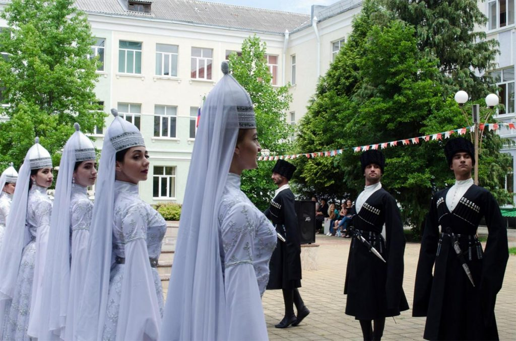 Адыгейские народные танцы. Фото с сайта adygnet.ru