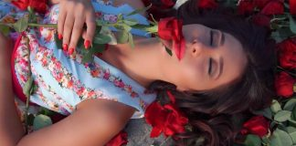 Zarina Bugayeva is buried in roses in a new video